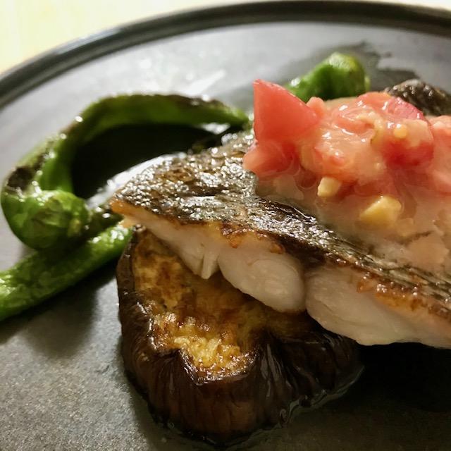 【旬の魚と野菜】イサキと赤なすのソテー トマト西京味噌ダレ